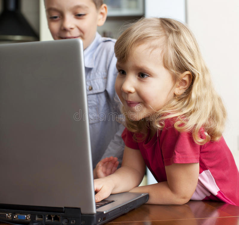 barnbärbar dator arkivbild