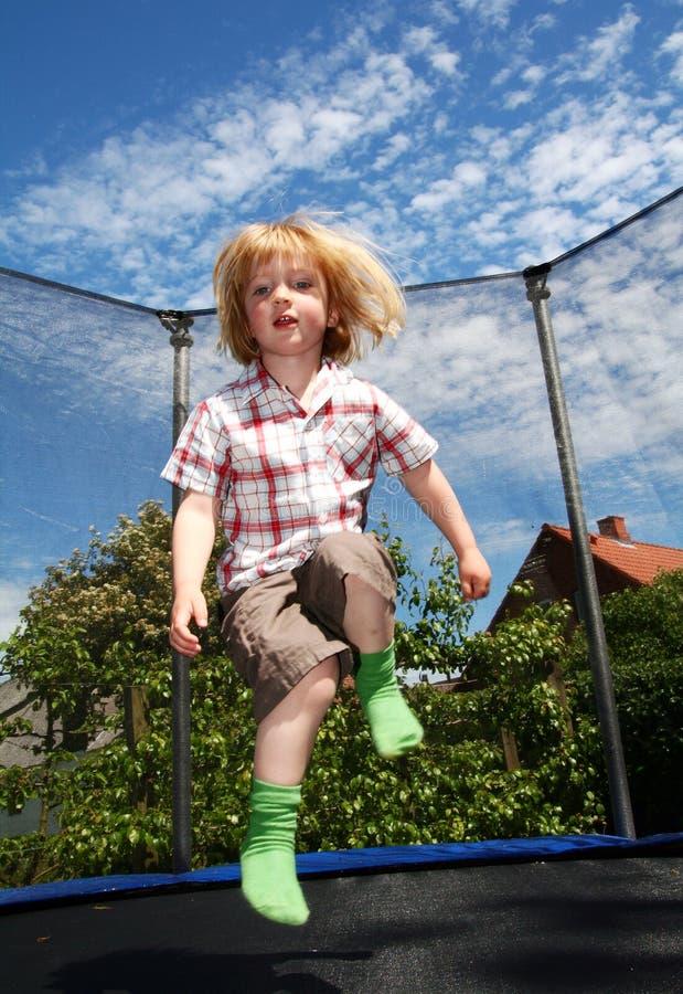 barnbanhoppningtrampoline fotografering för bildbyråer