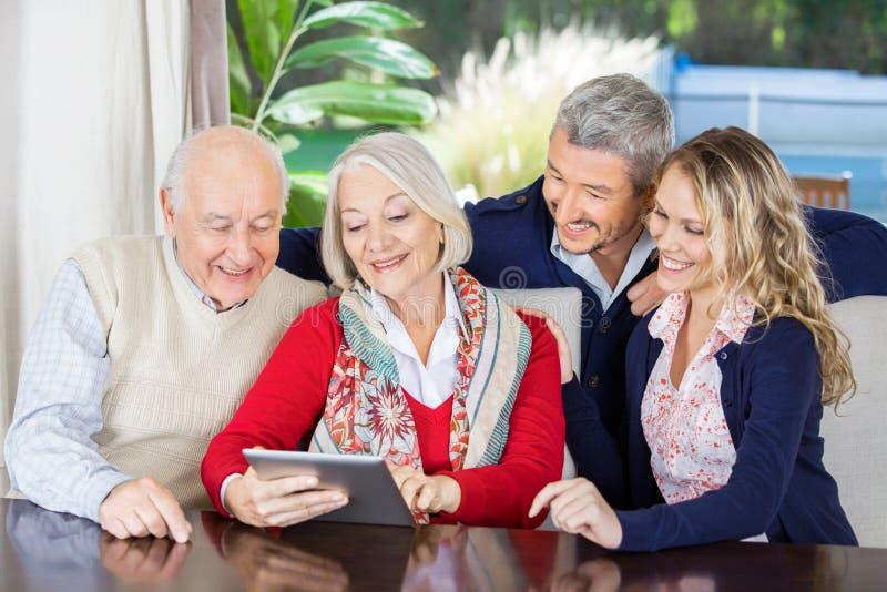 Barnbarn som ser att använda för morföräldrar royaltyfria foton