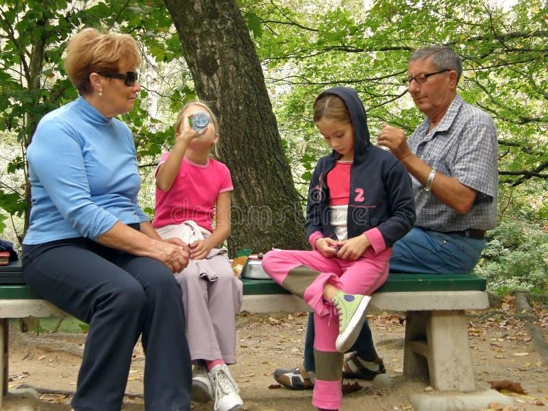 barnbarnmorföräldrar arkivbild