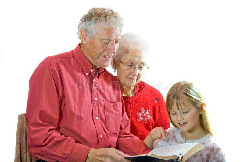 barnbarnmorföräldrar som läser till royaltyfri bild