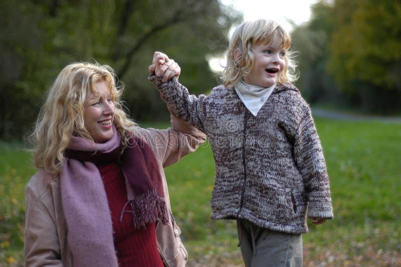 barnbarnmormor royaltyfria bilder