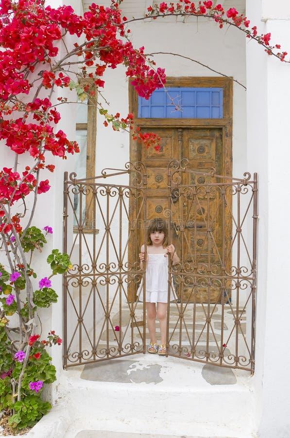 barndörren blommar nära gammal trappa arkivfoto
