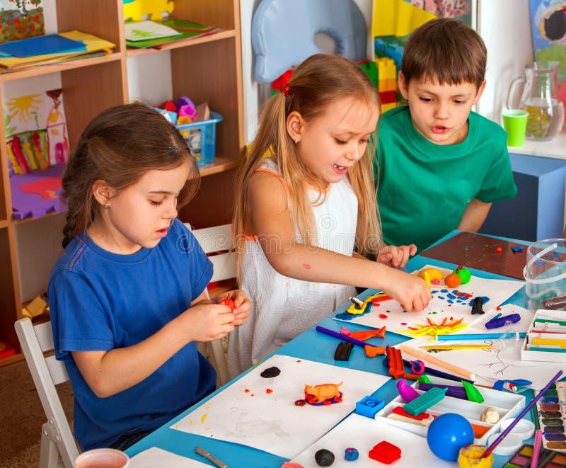 Barndeglek i skola Plastellina för barn royaltyfria foton