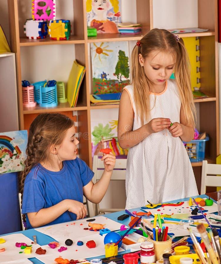 Barndeglek i skola Plastellina för barn royaltyfri bild