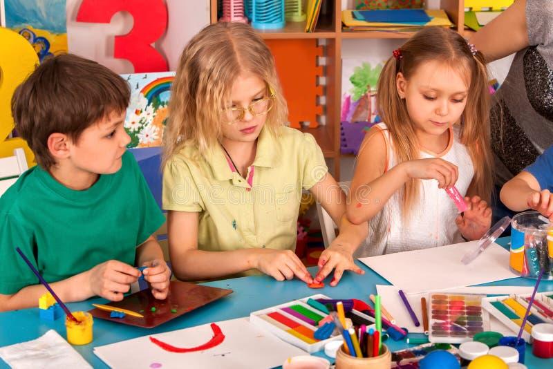 Barndeglek i skola Plastellina för barn arkivbild