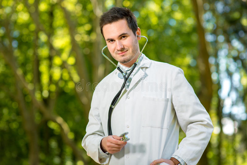 Barndoktorsstående med stetoskopet på gräsplanen royaltyfria bilder