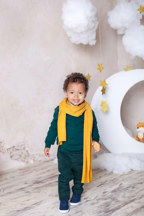 Barndom Liten svart pojke med en ros Lyck?nskan p? ferien Aff?rsf?retagpojke Berättelsen av den lilla prinsen Barn` s royaltyfri foto