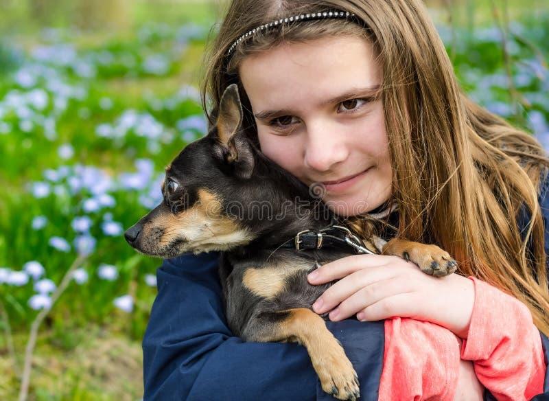 Barndom med hunden royaltyfria foton