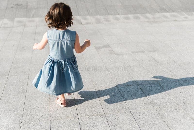 Barndombegrepp Den gulliga förskole- flickan kör fotografering för bildbyråer