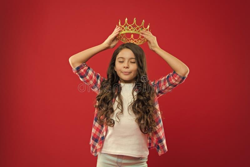 Barndomlycka litet flickabarn med perfekt h?r litet ungemode lycklig flicka little Sk?nhet och danar royaltyfri bild