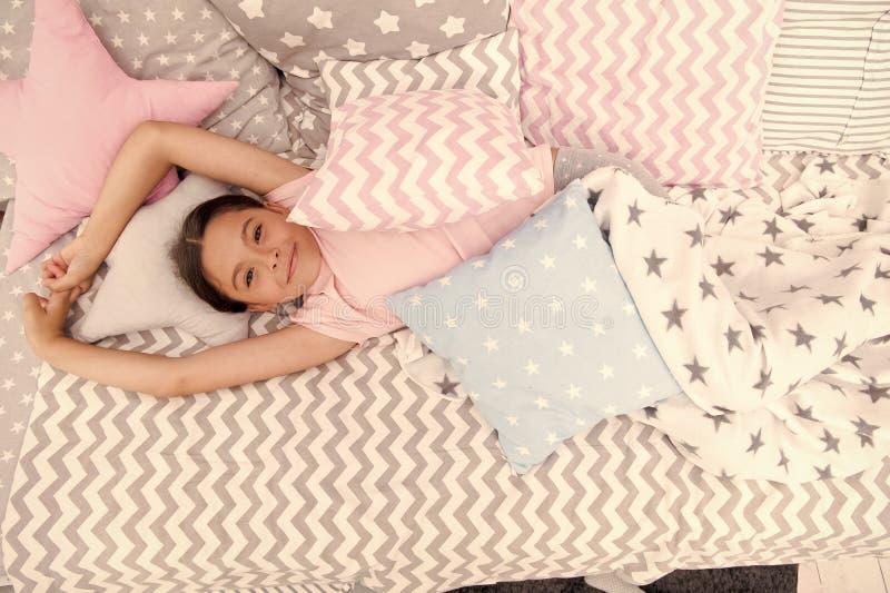 Barndomlycka lycklig flicka little Sk?nhet och danar litet flickabarn med perfekt h?r litet ungemode arkivfoto
