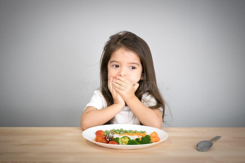 Barndon& x27; t önskar att äta grönsaker royaltyfri fotografi