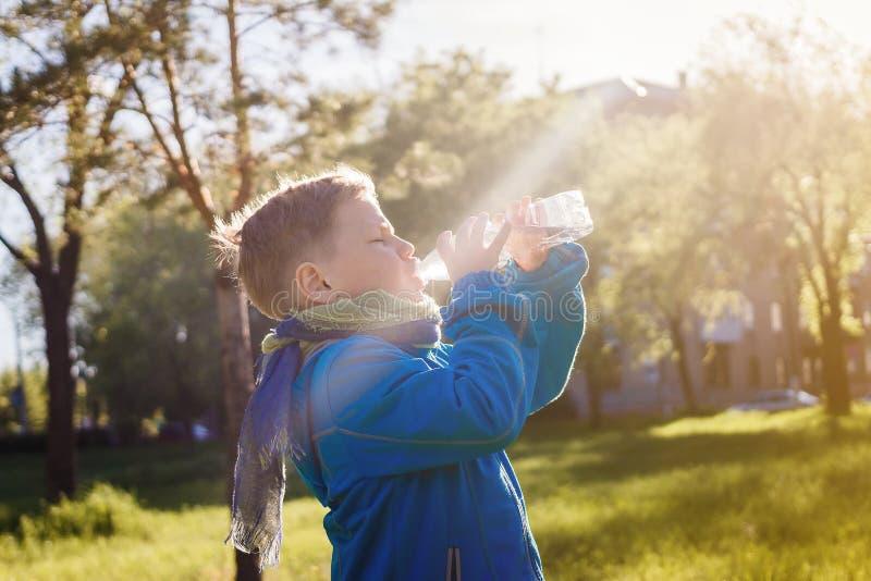 Barndricksvatten från en plast- flaska royaltyfria foton