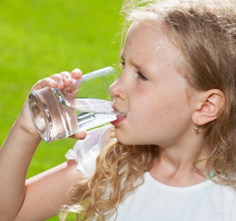 Barndricksvatten utomhus arkivbilder