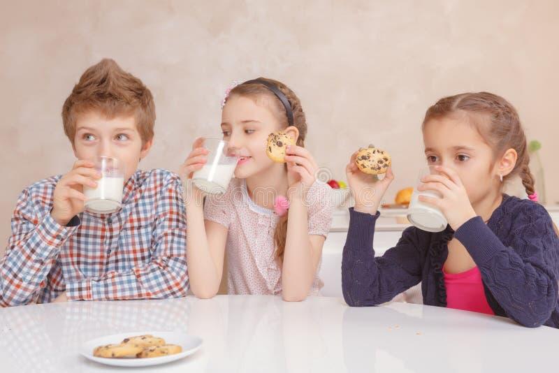 Barndrinken mjölkar med kakor fotografering för bildbyråer