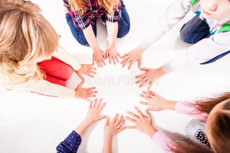 Barnen förenas för kamratskap royaltyfri fotografi