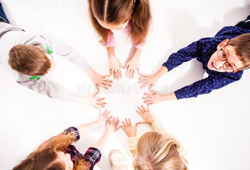 Barnen förenas för kamratskap fotografering för bildbyråer