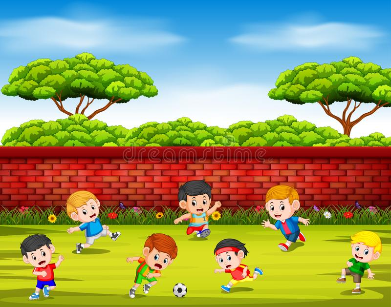 Barnen som spelar fotboll med deras lag tillsammans i gården stock illustrationer