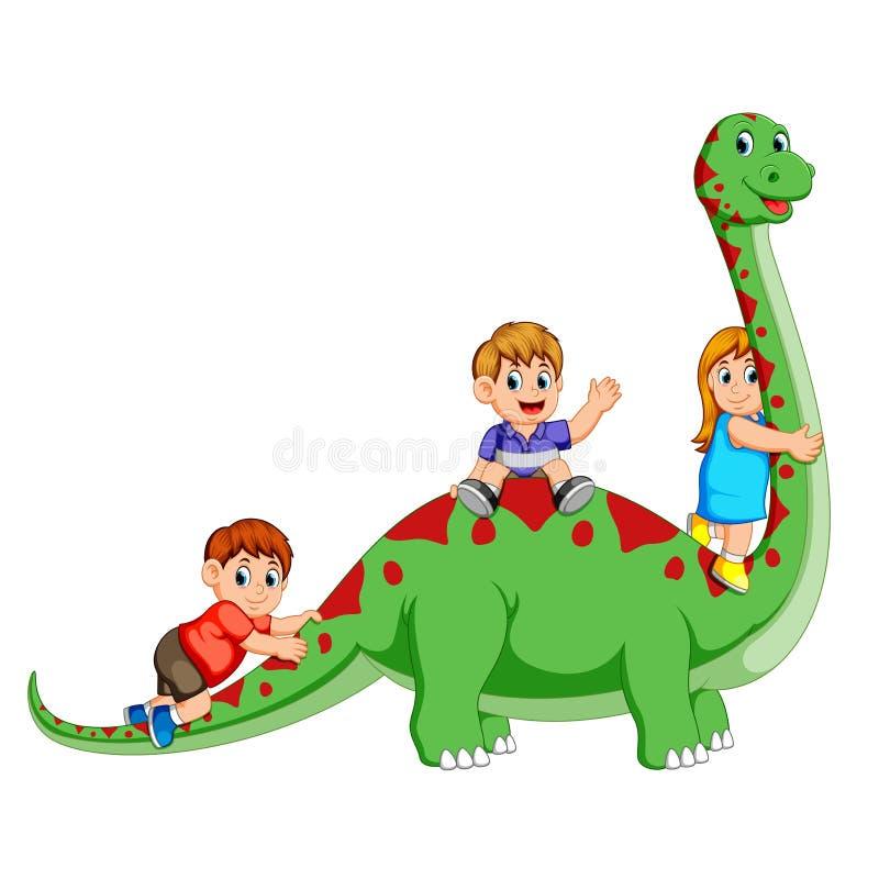 Barnen som spelar och rymmer kroppen för diplodocus` s och några av dem sammanträde på det royaltyfri illustrationer