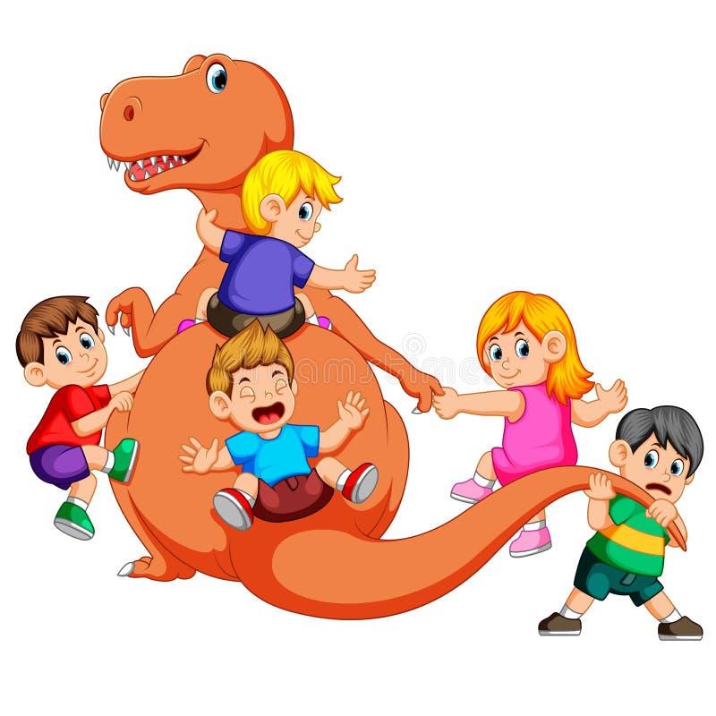 Barnen som spelar och rymmer kroppen för tyrannosarieRex ` s och, drar hans svans några av dem som rymmer hans hand vektor illustrationer