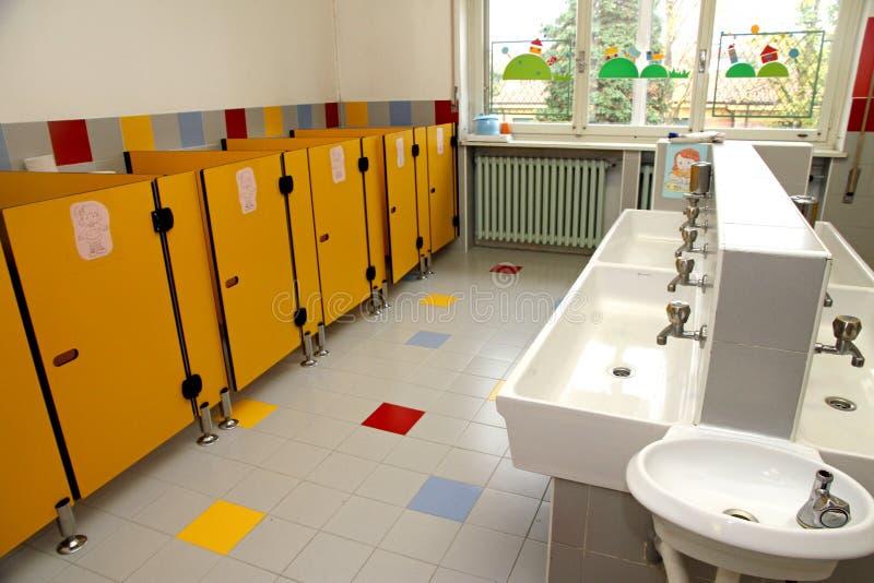 Barnens badrum av ett dagis royaltyfri bild