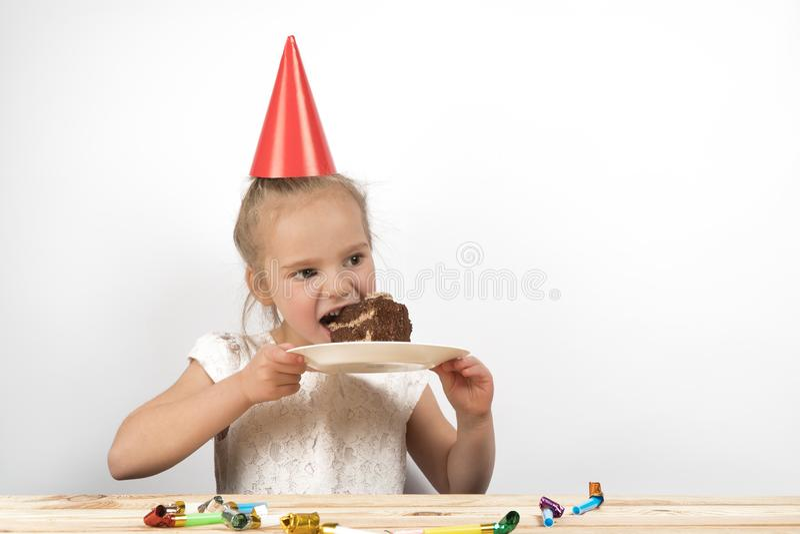 Barnet äter kakan barnfödelsedagfödelsedag royaltyfri bild