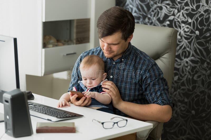 Barnet avlar arbete hemifrån, och ta omsorg av hans behandla som ett barn royaltyfri bild