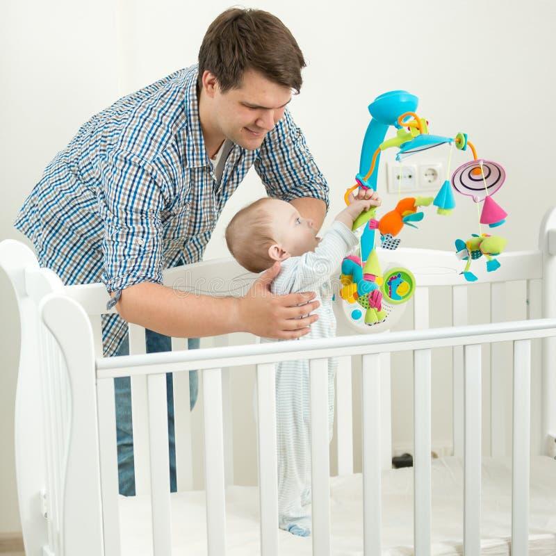 Barnet avlar att rymma hans 9 månader gamla behandla som ett barn sonen i kåta royaltyfri bild