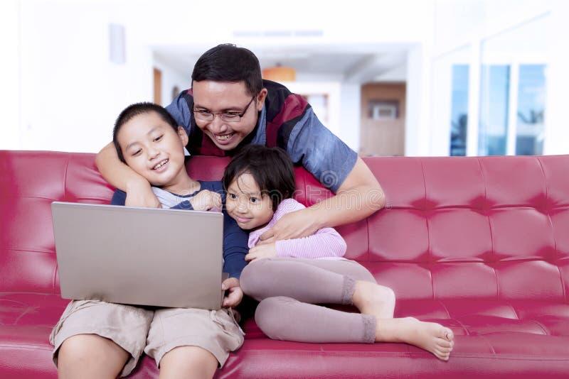 Barnet avlar att tycka om en film med hans barn arkivfoton