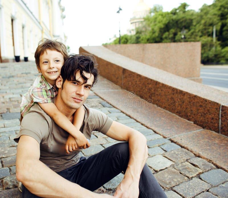 Barnet avlar hipsteren och hans lilla son utanför Samtal teachi arkivbild