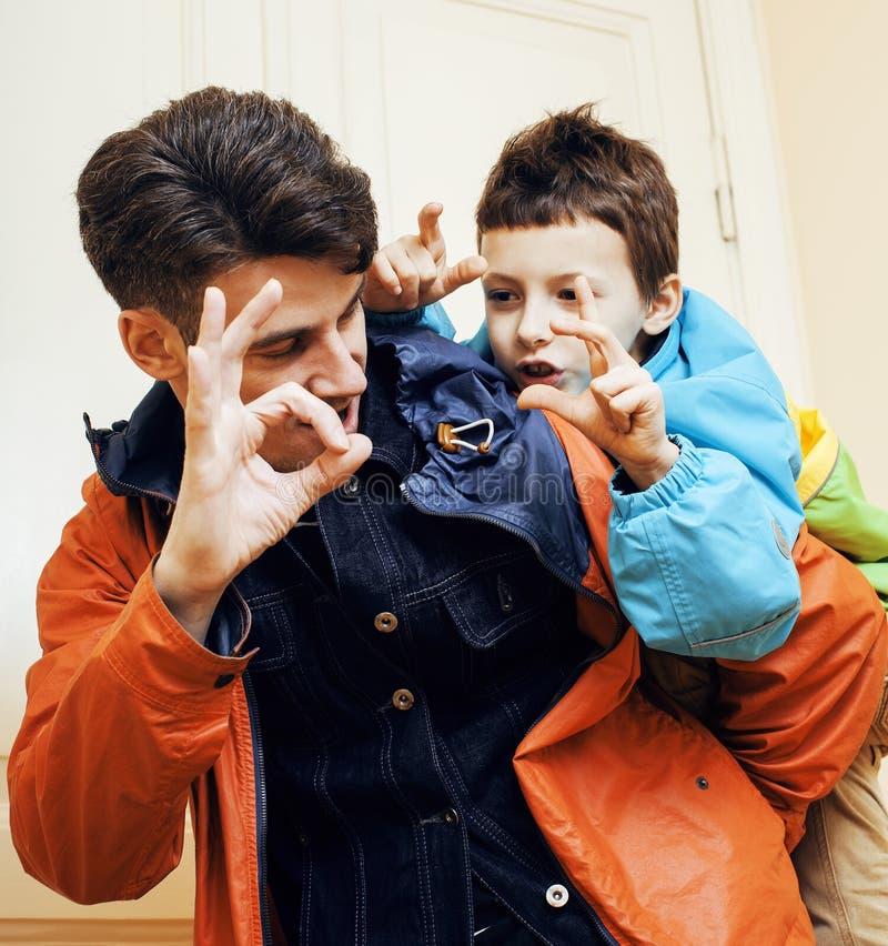 Barnet avlar hipsteren och hans lilla son utanför Tala och att undervisa och att krama och att ha rolig lycklig tid livsstilfolk fotografering för bildbyråer
