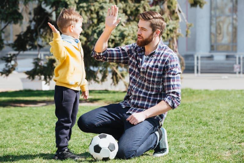 Barnet avlar och hans lilla son som ger höjdpunkt fem arkivfoto