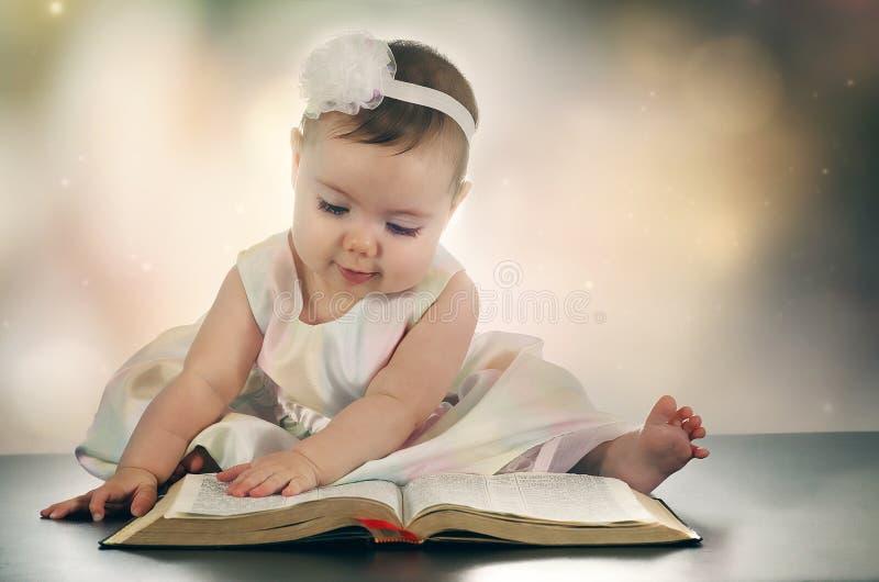 Barnet behandla som ett barn flickan och bibeln royaltyfria bilder
