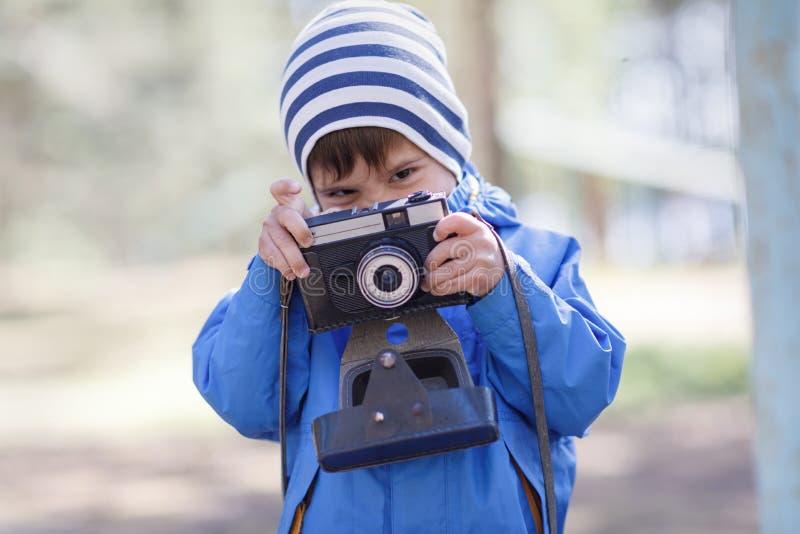 Barnet behandla som ett barn pojken med kameran arkivbilder