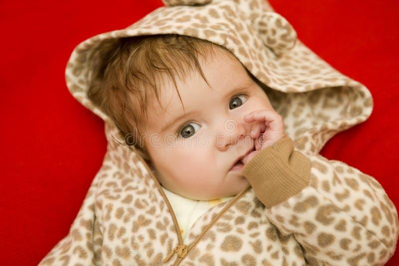 Barnet behandla som ett barn ståenden arkivbild