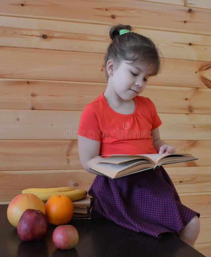Barnet boken, läsning, utbildning, litet, läst som är gullig, ungen, skola som är ung, behandla som ett barn, pojken, barndom, kv arkivbild