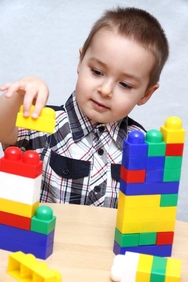 Barnet bygger en stå hög royaltyfri bild