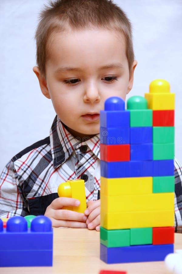 Barnet bygger en stå hög arkivfoton