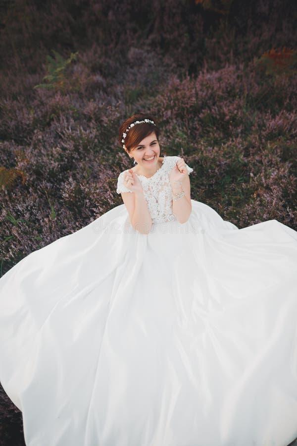 Barnet den härliga bruden som ligger i höst, parkerar royaltyfri fotografi