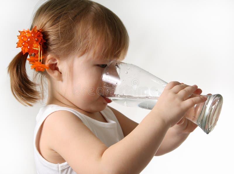 barnet dricker vatten fotografering för bildbyråer