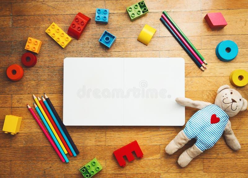 Barnet eller behandla som ett barn fastställd bakgrund för lek fotografering för bildbyråer