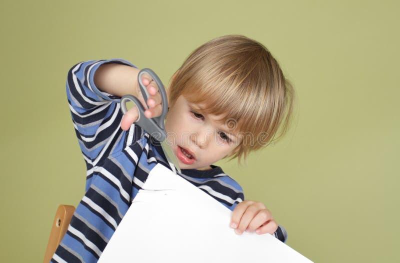 Barnet för ungekonsthantverkaktivitet som lär att klippa med, Scissor arkivfoton