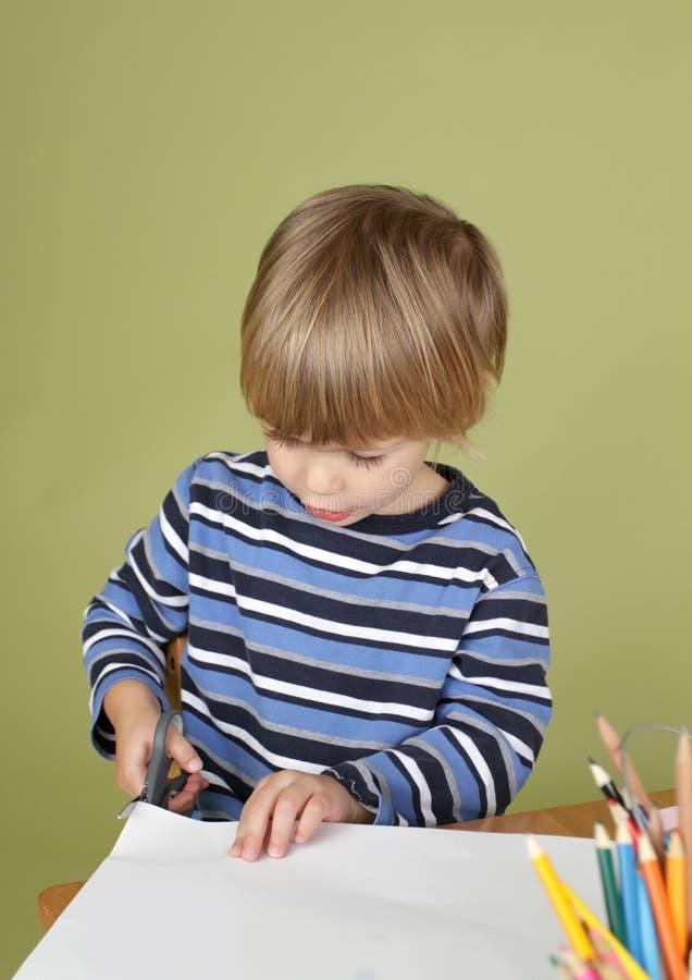 Barnet för ungekonsthantverkaktivitet som lär att klippa med, Scissor arkivbilder