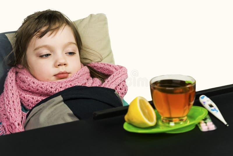 Barnet fick sjukt, feber, hosta, rinnande näsa arkivfoton