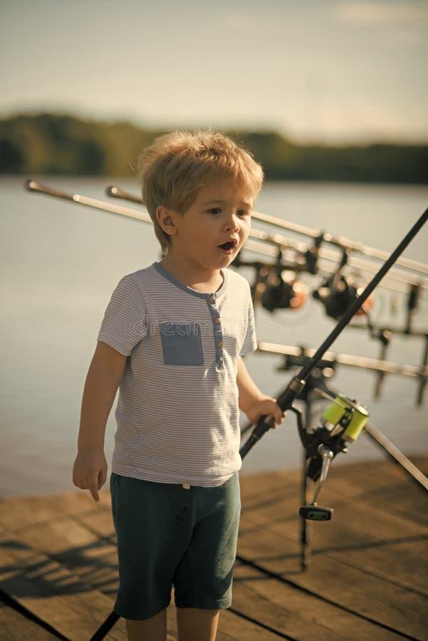 Barnet fiskar Sommarsemester, hobby, livsstil arkivfoton