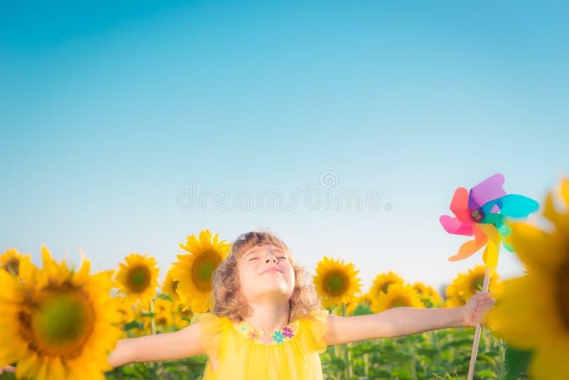 Barnet fjädrar in sätter in royaltyfria foton