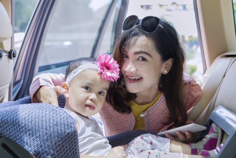 Barnet fostrar att sätta hennes barn i plats royaltyfri fotografi
