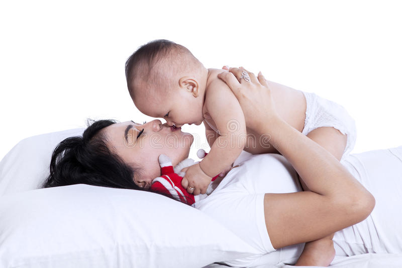 Barnet fostrar att spela med henne behandla som ett barn isolerat royaltyfri fotografi