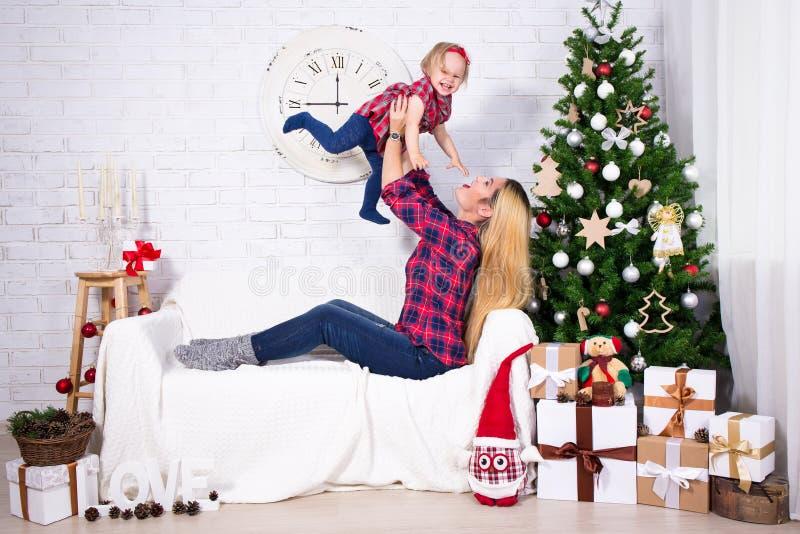 Barnet fostrar att spela med hennes lilla dotter i dekorerad livin fotografering för bildbyråer